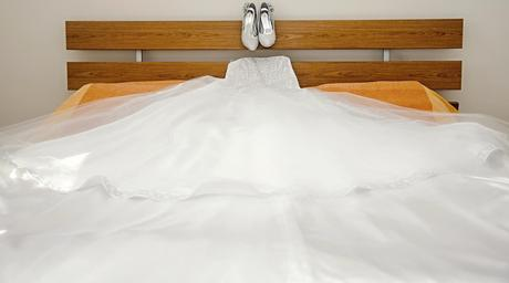Luxusní šaty sněhově bílé s vlečkou šité v salónu , 38