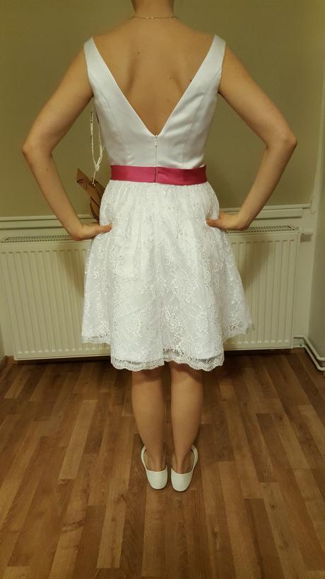 Krátké popůlnoční šaty s fuchsiovým páskem, 38
