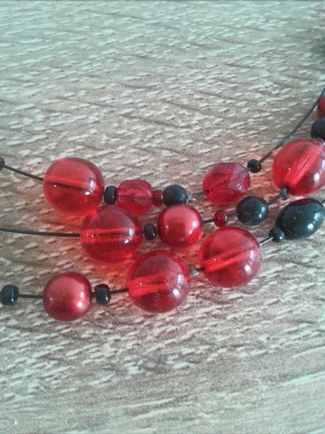 Černo-červený náhrdelník,