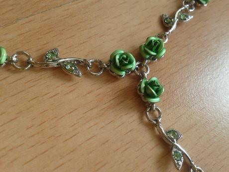 Náhrdelník se zelenýma kytičkama,