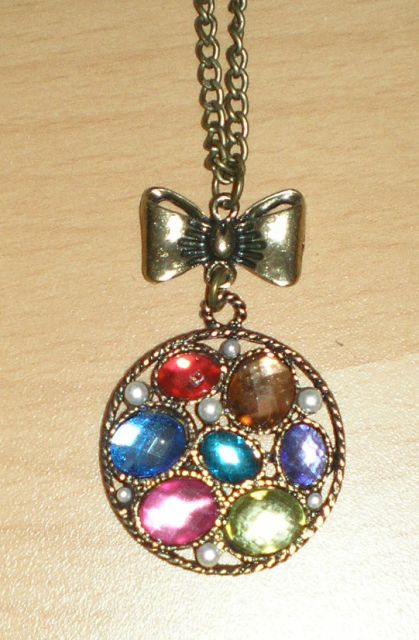 náhrdelník s farebnými kameňmi,