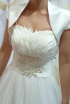 0bd4c2853468 Anjelské svadobné šaty s pierkami zn. sposa