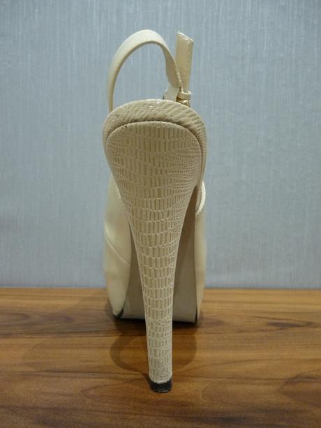 Krémové lakované sandálky s otvor. špičkou/pätou, 37