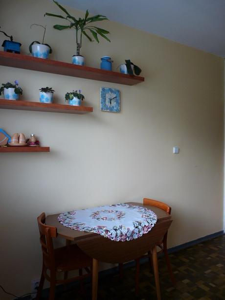 Okrúhly rozkladací stôl, stoličky,