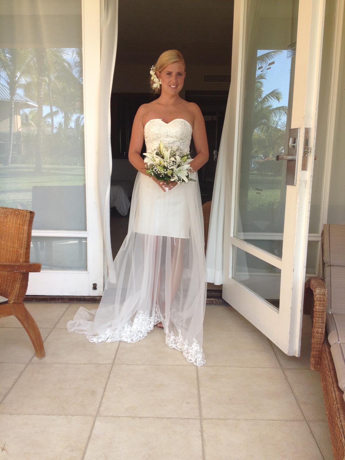 Krátké svatební šaty s vlečkou ea2ee0fcad