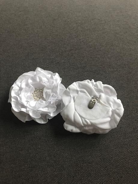 biele kvety so saténu na pripnutie,