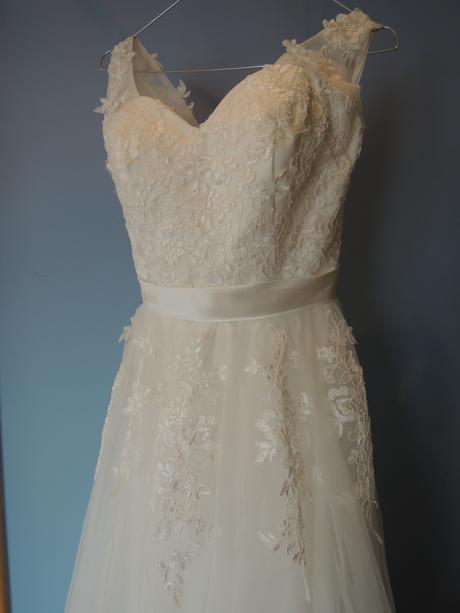 Svatební šaty krajkové s vlečkou, 36