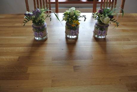 Vázy s jutou, krajkou a lila stuhou,