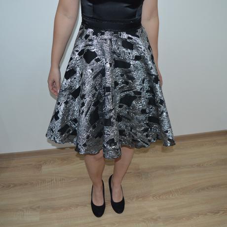 Elegantné čierno - stieborné šaty, 38