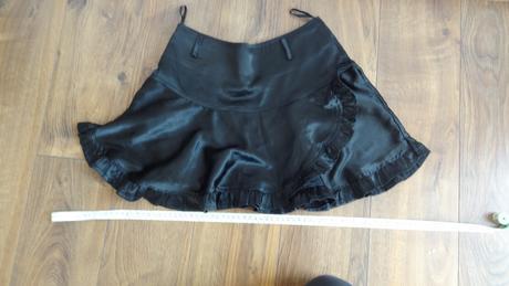 Čierna saténová sukňa, 36