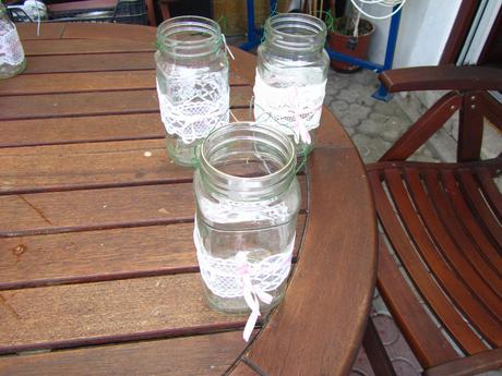 3 svítilny či vázy s bílou krajkou ,