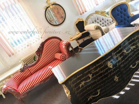 Červené klasické zámecké reto sofa,