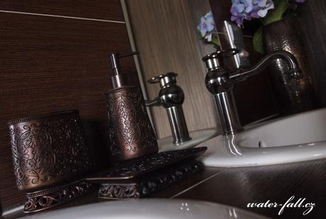 Koupelnové doplňky v antických barvách,