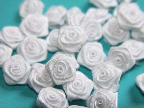 Dekorační růžičky ze stuhy bílé,