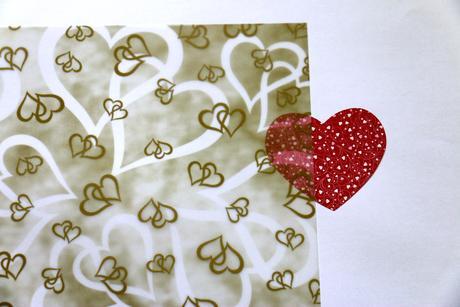 Ozdobný transparentní papír - zlaté srdce,