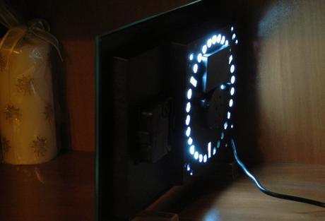 stolové hodiny s obrázkom a svetelnýn efektom,
