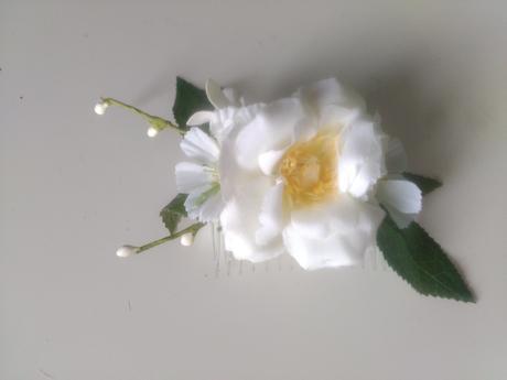 Hřebínek s květy,