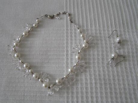 Náhrdelník a náušnice s perlami,