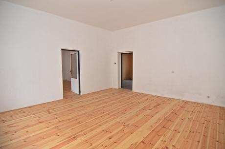 Podlaha (modřín nebo borovice) a hranoly,