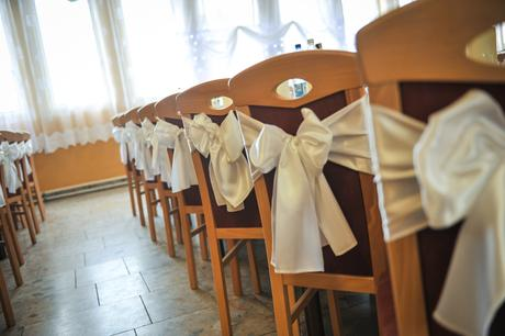 biele saténové mašle na stoličky,