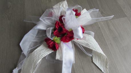 Dekorativní mašle s květy vlčích máků,
