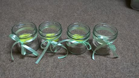 Skleněné svícínky se zelenou stužkou,