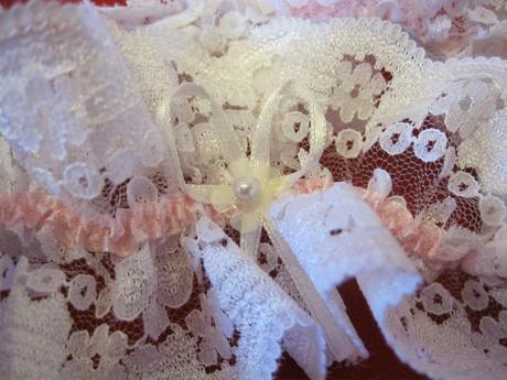 široký bílý podvazek s růžovým zdobením, 40