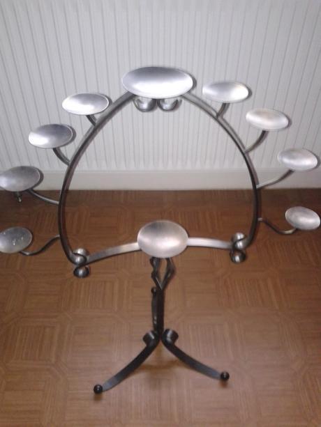 kovový stojan na sviečky,