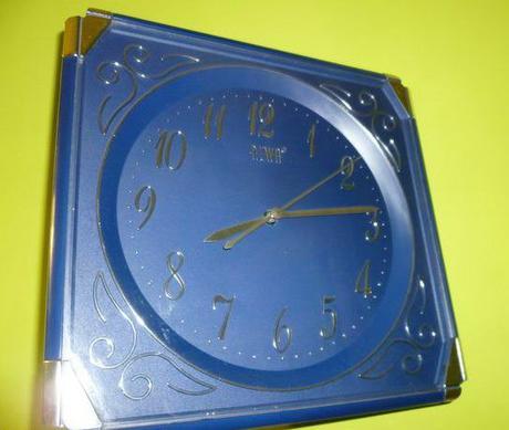 Modré nástenné hodinky,