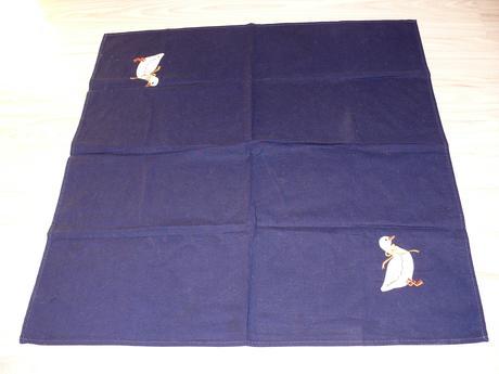 Modry obrus s kačiatkami,