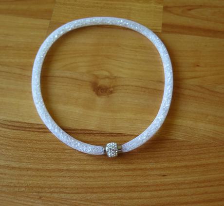 bílý náhrdelník ,