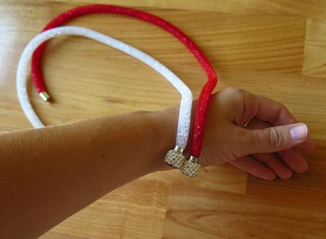 nenošený červený náhrdelník s kamínky,