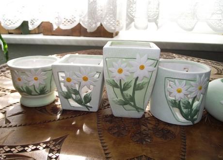 4x dekoratívny kvetináčik a 2x svietnik,