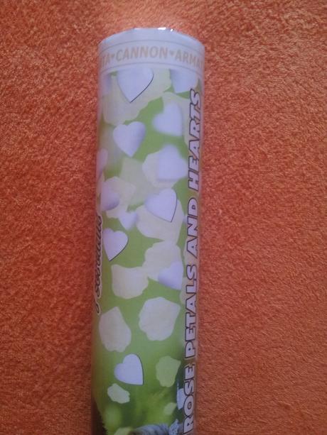 Konfety bílo-zelená srdíčka a lístky růží,
