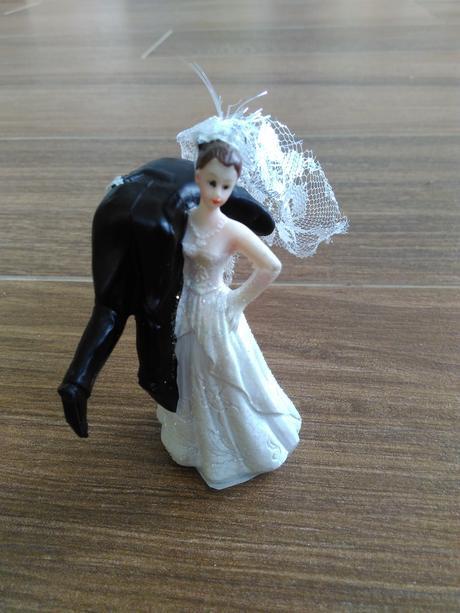 Figurka na dort nevěsta nesoucí ženicha,