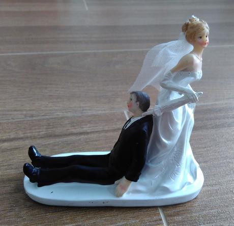 Figurka na dort nevěsta táhnoucí ženicha,