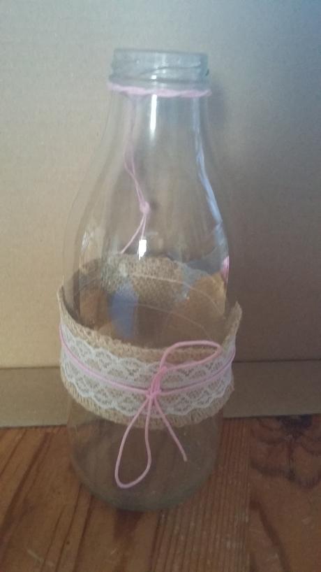 Rucne vyrobené skl.vázy s krajkou a Jutou, mašličk,
