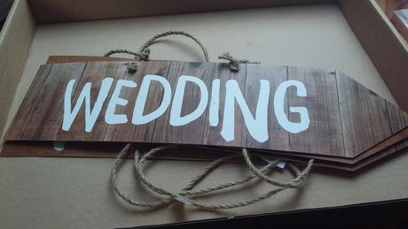 ukazatele z kartonu s nápisy bar,wedding,