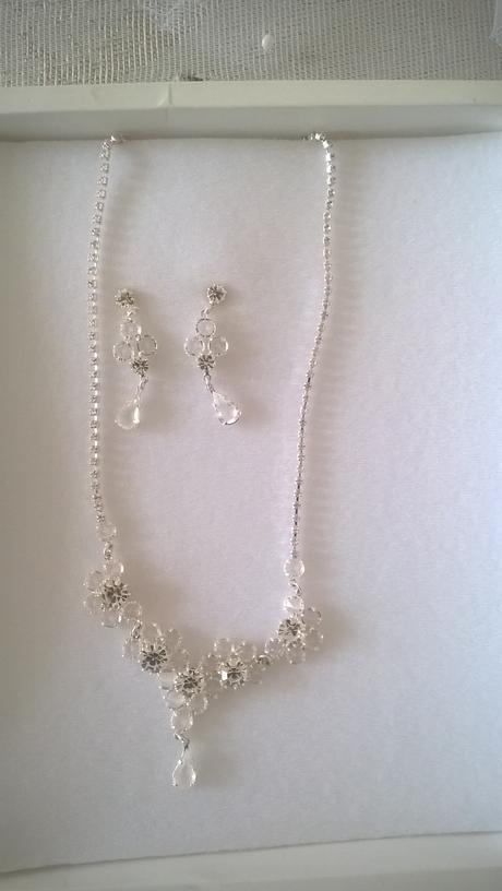 jemný náhrdelník a náušnice ,