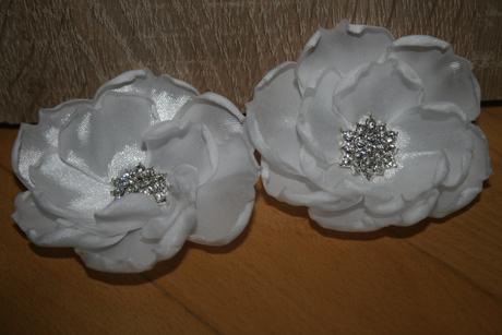 Bílé květiny s broží,