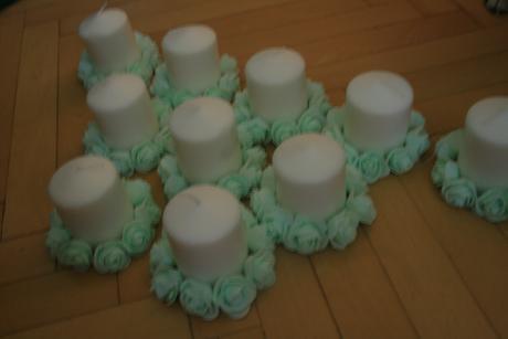 svíčky s menotlovými růžičkami,