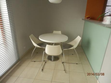 kulatý stůl a židle,