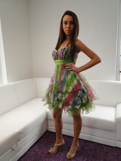 Krátke moderné spoločenské šaty, 38