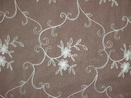 biela záclona s vyšivaným vzorom,