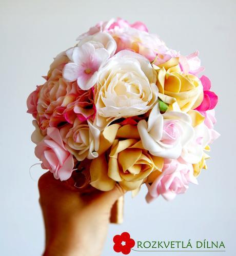 Pryskyřníky, růže - umělá kytice,