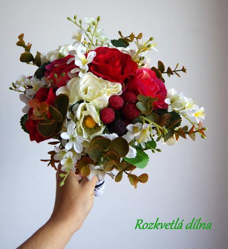 Růže s jahodami - umělá kytice,