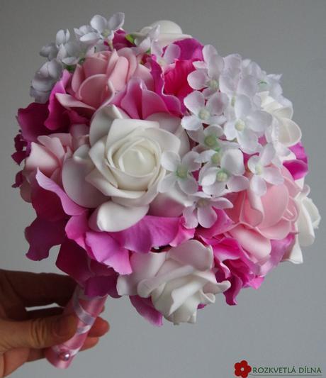 Růžovo-bílá kytice umělá,