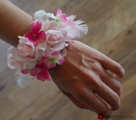 růžovo-bílý náramek,