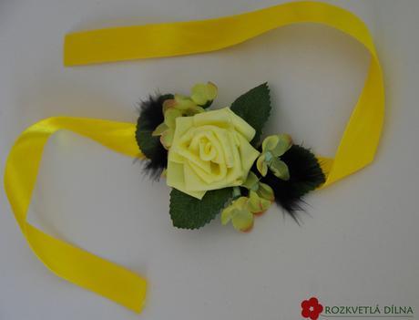 žluto-černý náramek,