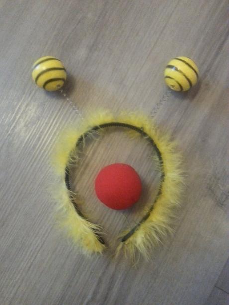 Žlutá čelenka s tykadly a klaunský nos,